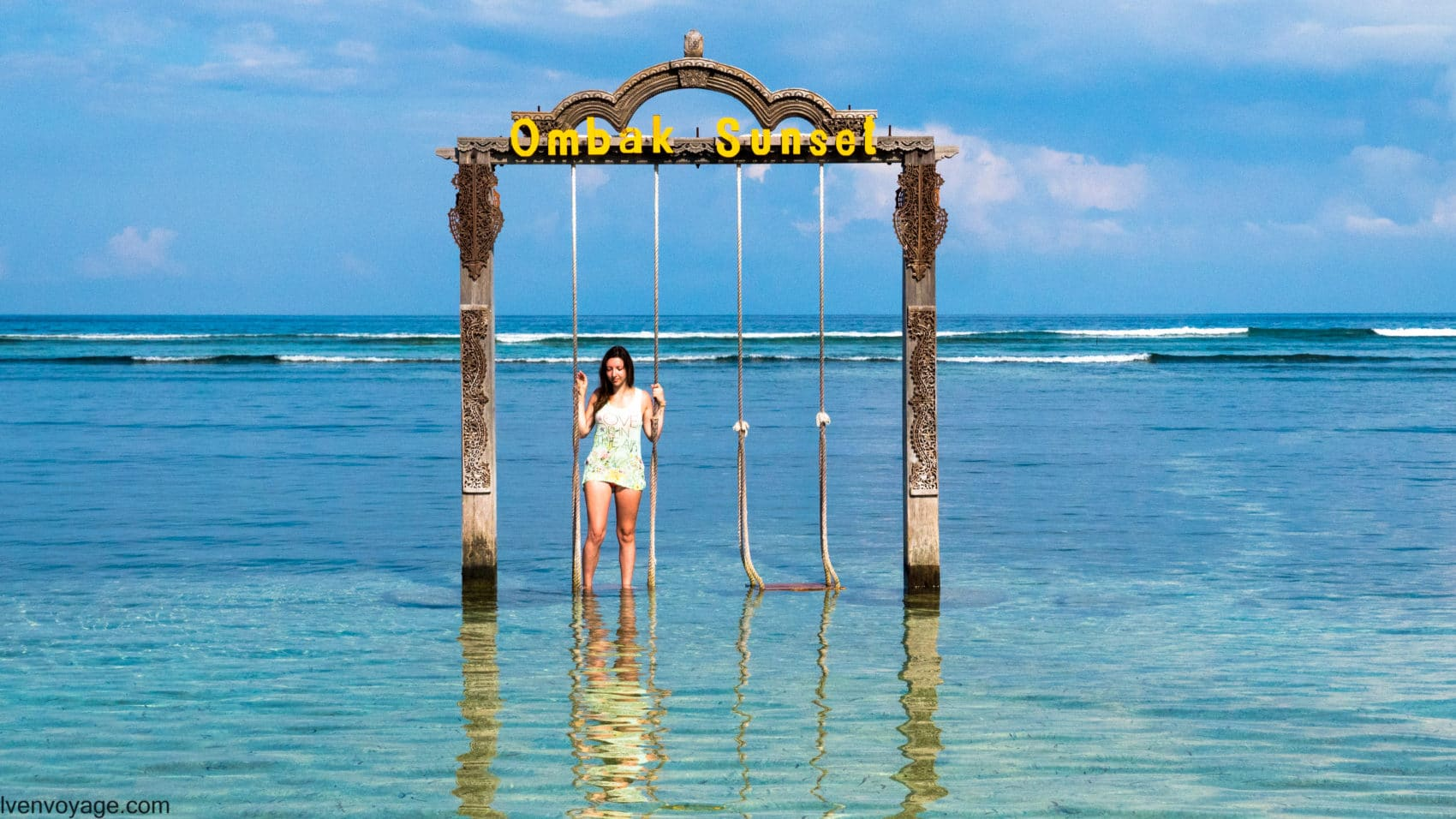 Balançoire dans l'eau OMBAK SUNSET GILI TRAWANGAN INDONESIE